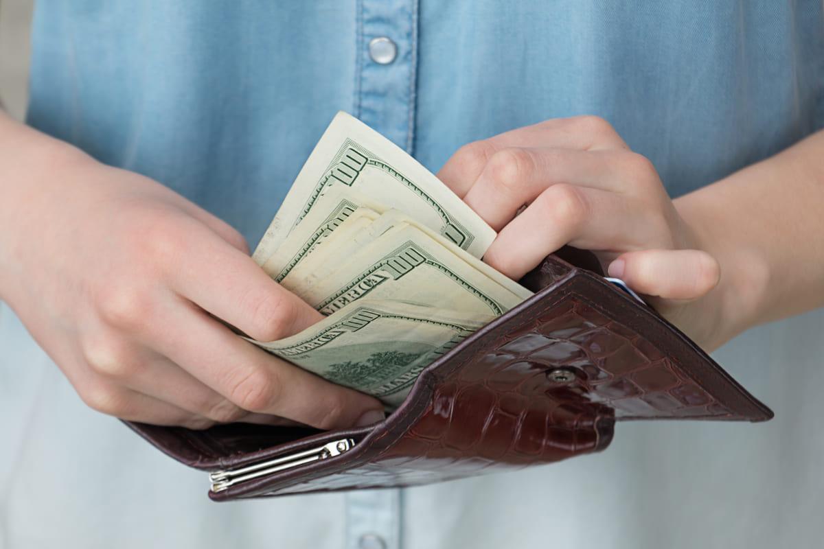 介護士の平均月収は23万円・平均年収は335万円です